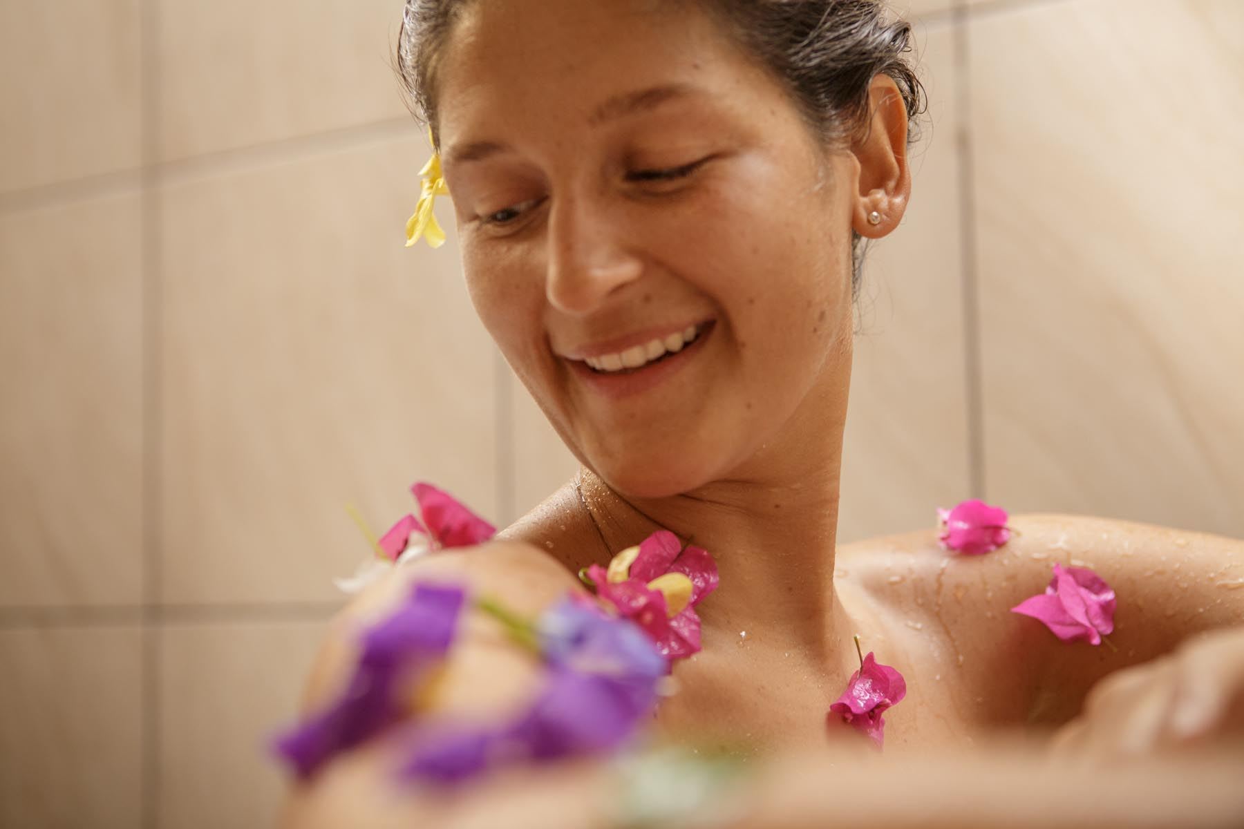 thaulle-resort-sri-lanka-ayurveda-cure-flower-bath