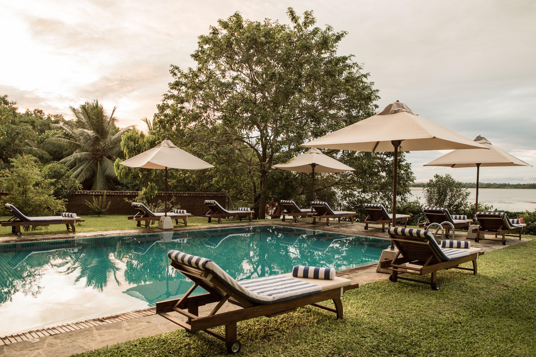 thaulle-resort-sri-lanka-pool-relaxing1